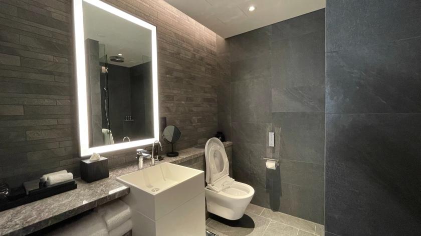 The Clan Hotel Deluxe Room bathroom